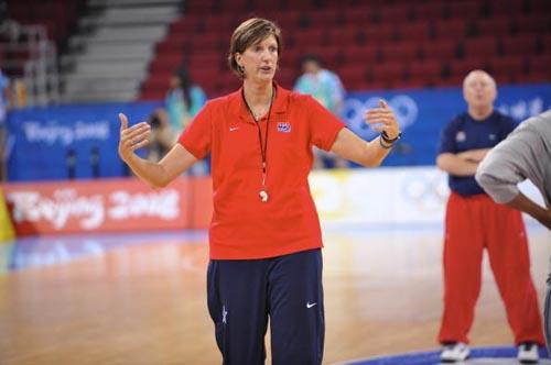 图文-美国女篮进行赛前训练 主教练在招呼队员
