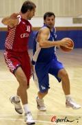 图文-希腊男篮积极备战奥运 帕帕卢卡斯带球突破