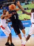 图文-[奥运]美国男篮97-76安哥拉 德隆遭犯规