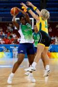 图文-奥运会11日女篮小组赛赛况 跳起双手封堵