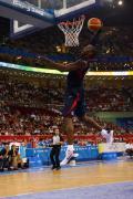 图文-安哥拉76-97美国男篮 科比灌篮全场欢呼