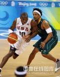 图文-男篮美国116-85澳大利亚 科比轻松运球