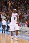 图文-[男篮]美国116-85澳大利亚 詹姆斯举手致意