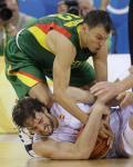 图文-西班牙男篮胜立陶宛进决赛 加索尔舍身护球