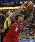 图文-[女篮决赛]美国92-65澳大利亚 球员抓球很稳