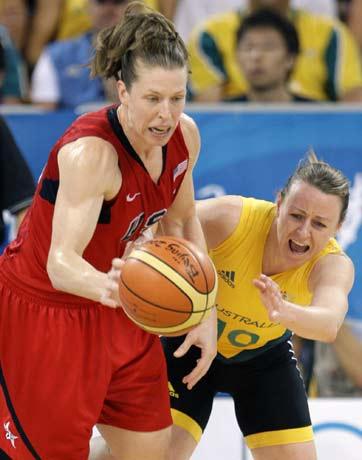 图文-[女篮决赛]美国92-65澳大利亚 球员奋力盗球