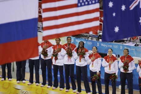 图文-[女篮决赛]美国92-65澳大利亚 升旗仪式