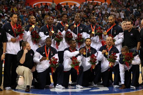 图文-美国男篮战胜西班牙夺金 美国男篮展示金牌