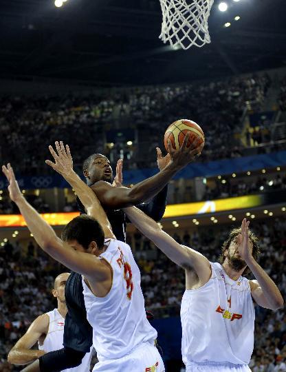 图文-美国男篮胜西班牙获得冠军 韦德强行上篮