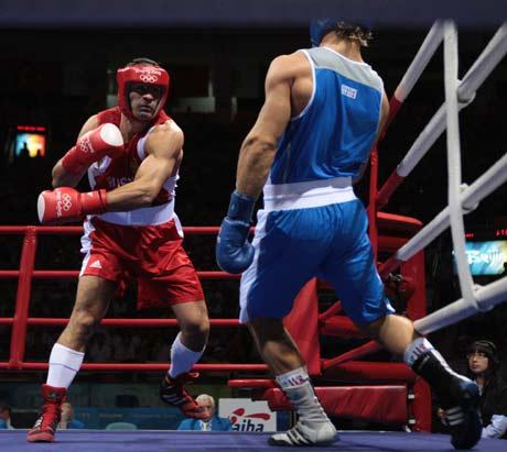 图文-拳击男子91公斤级决赛 恰赫基耶夫进攻