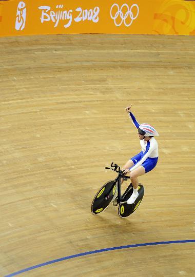 图文-场地自行车女子个人追逐赛决赛 冠军庆祝胜利