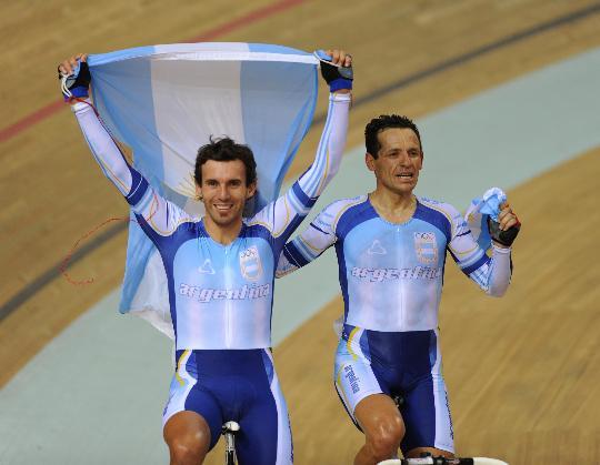 图文-阿根廷选手夺得男子麦迪逊赛金牌 笑容在脸上