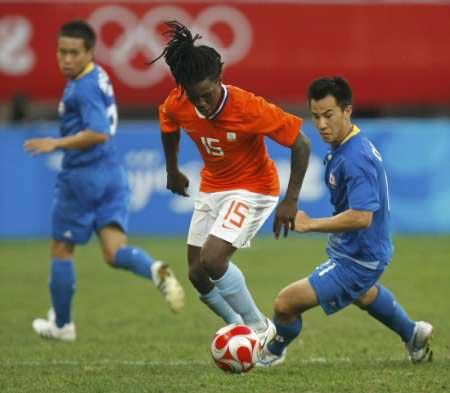 图文-[男足]荷兰1-0日本 德伦特低头带球