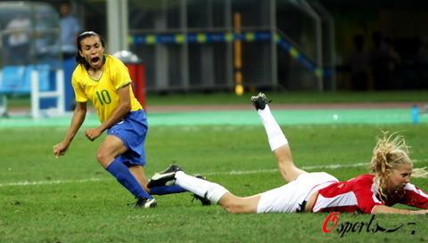 图文-巴西女足2-1挪威进入四强 玛塔庆祝进球