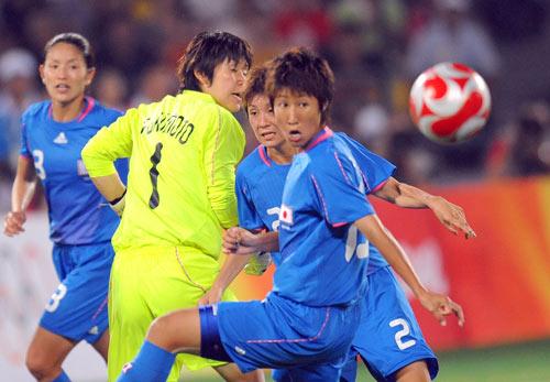 图文-女足日本2-4不敌美国 目送皮球入网