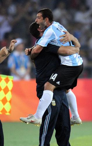 图文-男足半决赛巴西0-3阿根廷 感谢教练