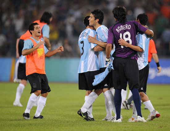 图文-男足半决赛巴西0-3阿根廷 开心地庆祝吧
