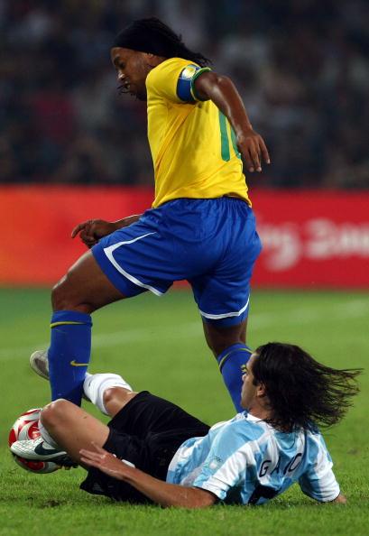 图文-奥运男足巴西VS阿根廷 小罗突破不惧铲球