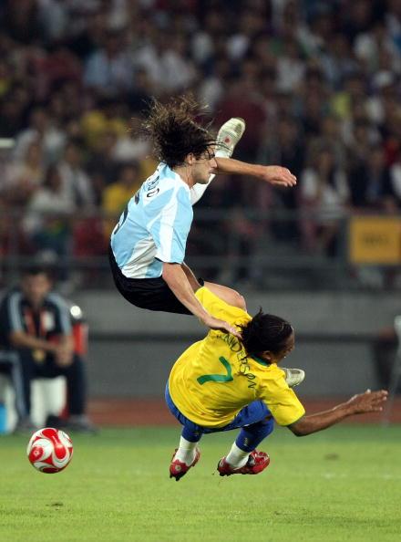 图文-奥运男足巴西VS阿根廷 扎戈安德森摔倒