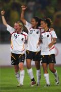图文-德国女足2-0日本获铜牌 德国姑娘感谢观众
