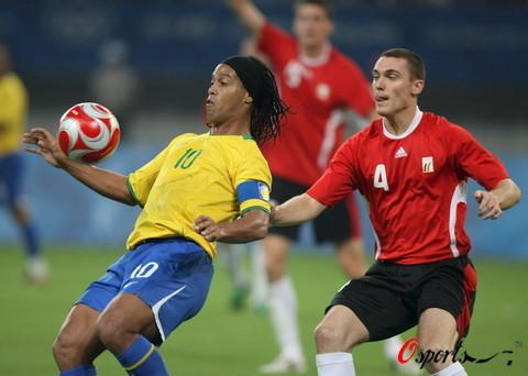 图文-男足巴西胜比利时摘铜 小罗展示技巧