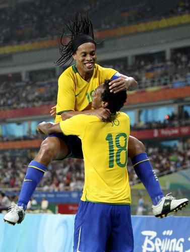 图文-男足巴西胜比利时摘铜 小罗品尝奥运喜悦