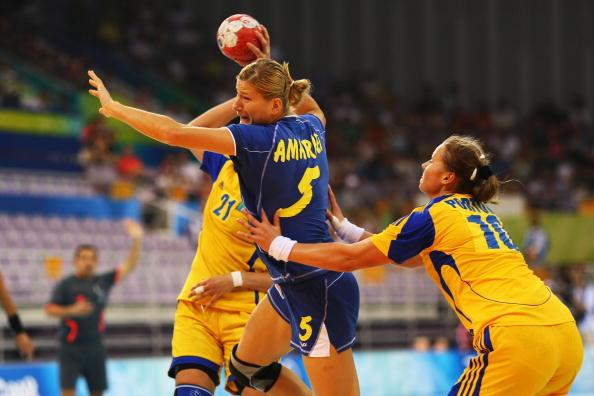 图文-奥运会9日女子手球赛场 对手连啦带拽