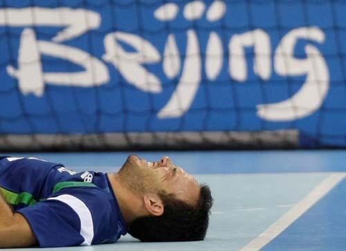 图文-奥运会16日男子手球赛场聚焦 痛苦的倒地