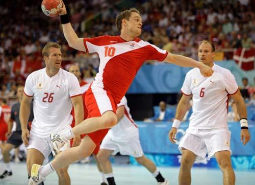 图文-奥运会16日男子手球赛场聚焦 挥臂射门瞬间