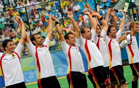 图文-曲棍球男子分组预赛 德国队队员举手示意