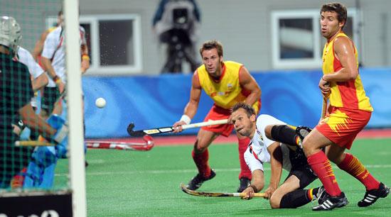 图文-奥运会17日男子曲棍球赛况 眼睁睁看着球入网