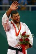 图文-奥运男子柔道90公斤决赛 向观众招手