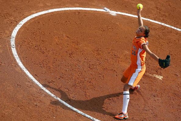图文-奥运会18日女垒比赛赛况 投手投球瞬间