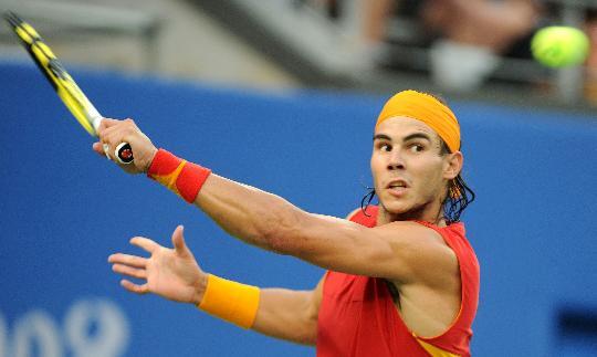 图文-网球男单决赛纳达尔夺冠 看这球接不接得住