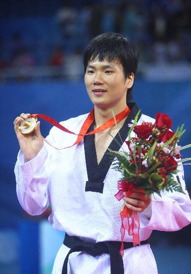 图文-跆拳道男子80公斤以上级比赛 冠军的风采