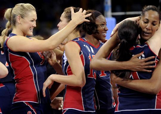 图文-女排半决赛美国3-0胜古巴 美国姑娘开心拥抱