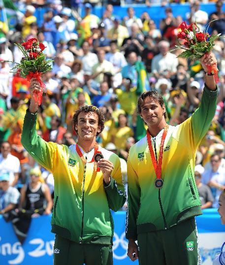 图文-巴西选手铜牌战获胜 登上季军奖台