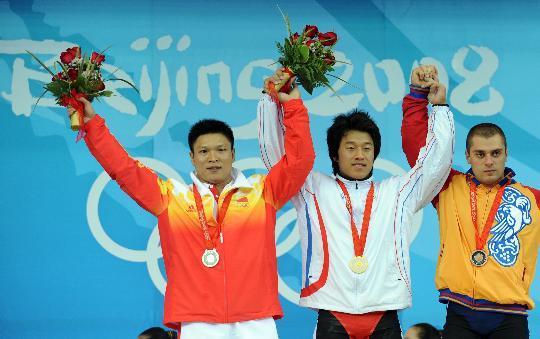 图文-韩国选手史载赫举重摘金 前三名在领奖台上