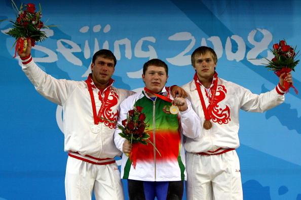 图文-男子举重105公斤级决赛 阿拉纳乌展示金牌
