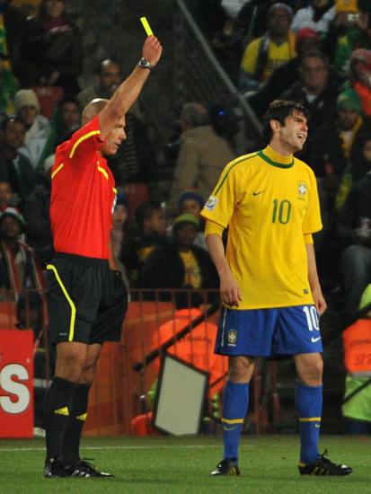 卡卡刚解禁竟又面临禁赛巴西10号已成世界杯红黄牌王