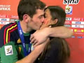 卡西赛后接受采访与女友热吻