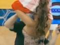 视频-巴拉圭乳神参加娱乐节目 小怪兽帮其脱衣