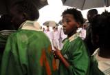 孩子们雨中的期盼