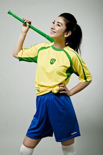 图文-黄奕拍摄世界杯足球写真明星范儿十足