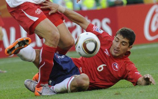 图文-[小组赛]智利VS瑞士卡尔莫纳断球