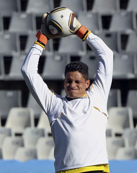 图文-南非训练备战法国门将约瑟夫斯飞身接球