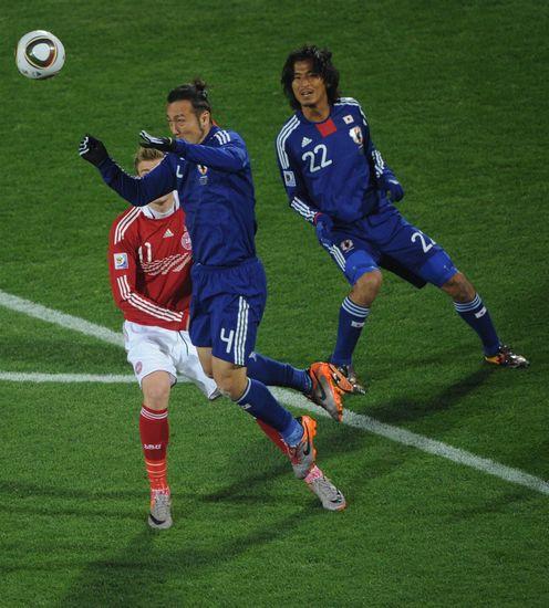 图文-[小组赛]丹麦VS日本头球解围