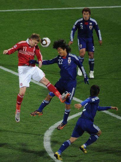 图文-[小组赛]丹麦VS日本本特纳头球