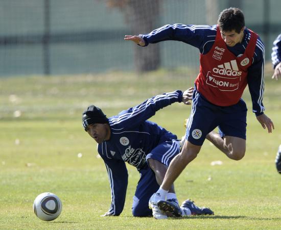 图文-巴拉圭队训练备战日本保罗-达-席尔瓦动真格