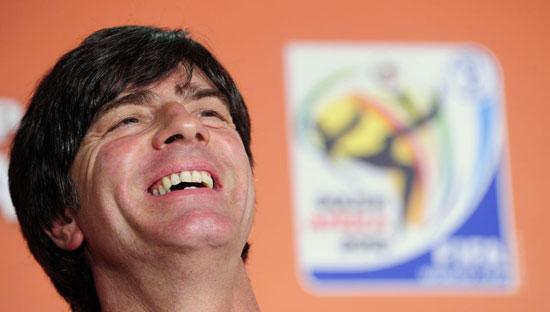 图文-主教练勒夫出席德国队记者会勒夫开怀大笑